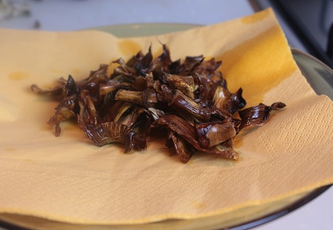 Pezzi di foglia di carciofo violetto fritte
