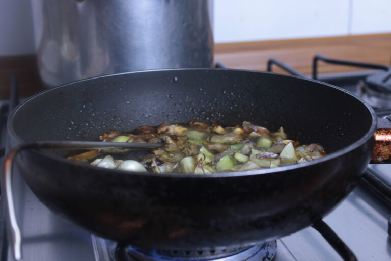 Pezzi di foglia di carciofo violetto in frittura