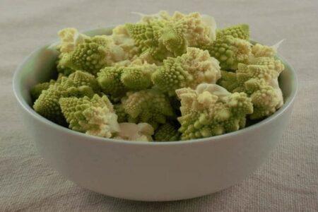 broccolo romano diviso in cime