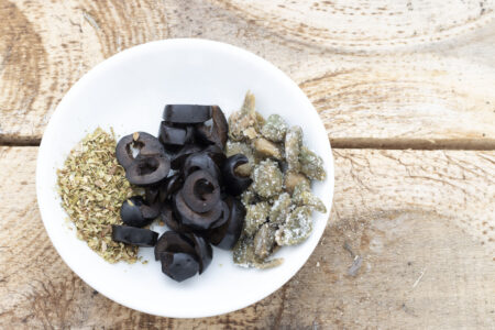 Origano, olive e capperi