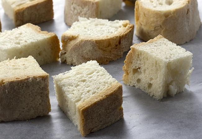 Pezzi di pane nel forno