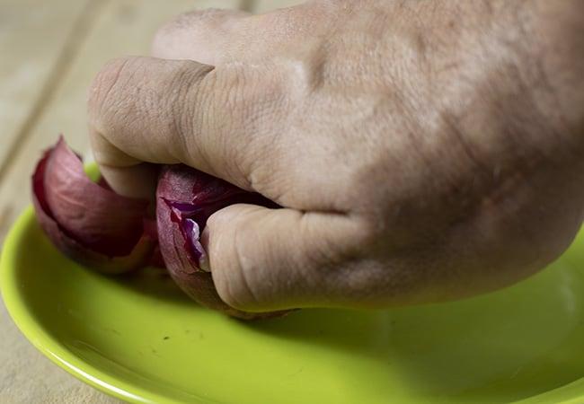 Togliere il primo strato alla cipolla