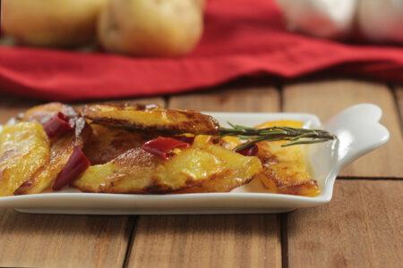 Patate arrosto nel piattino