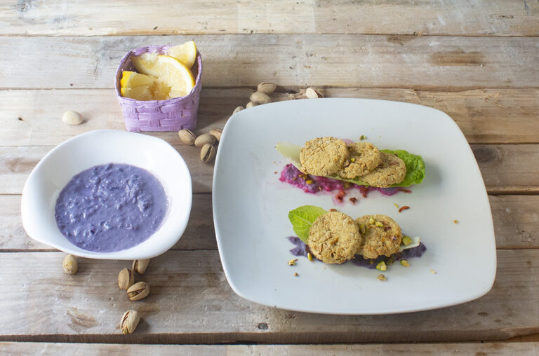 Falafel su salsa di verza viola