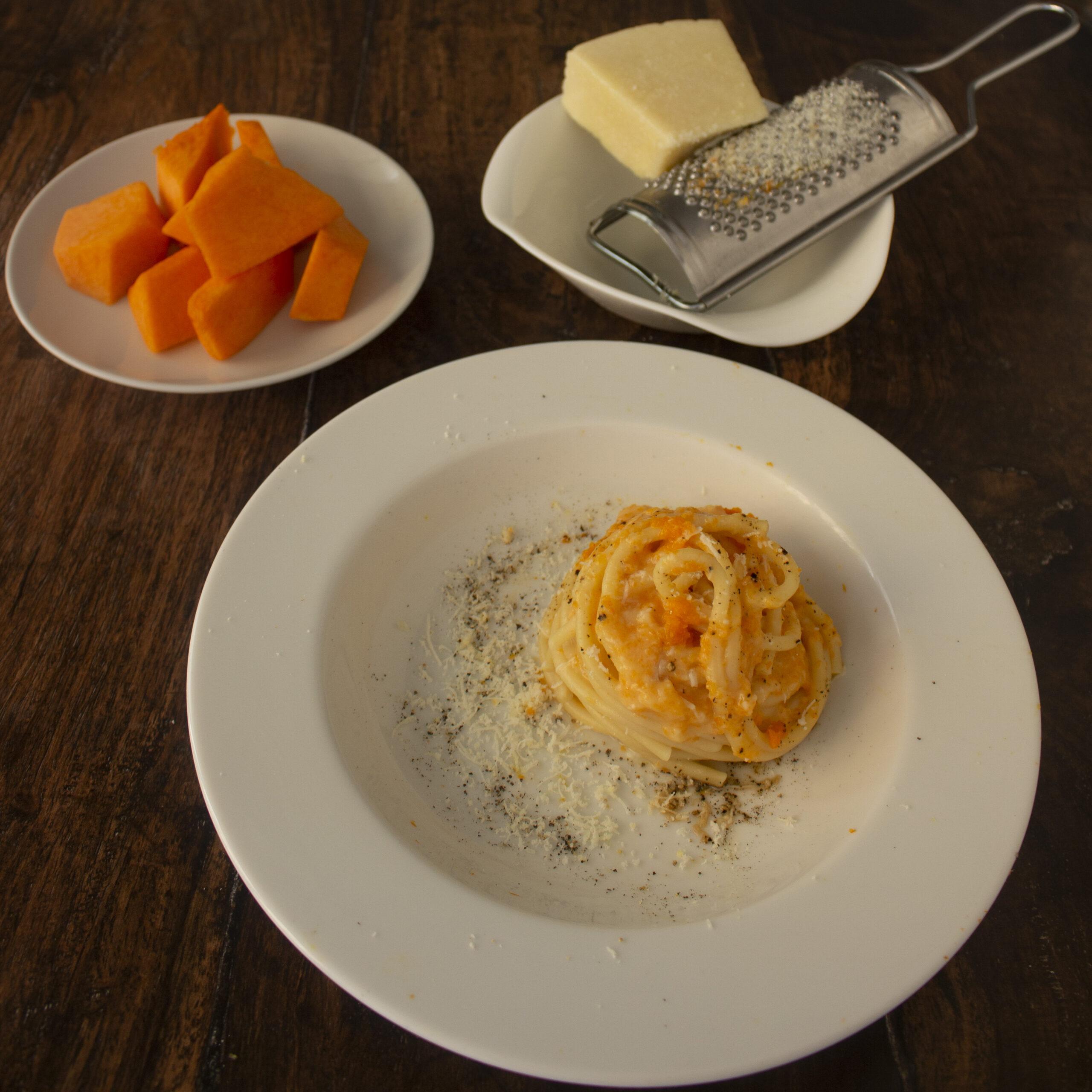Pasta con zucca, cacio e pepe