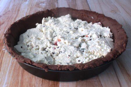 Preparazione della crostata di ricotta e cioccolato