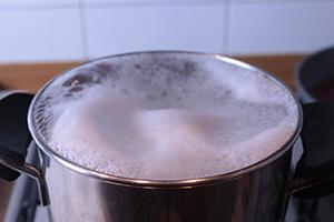 Acqua della pasta che bolle per la cacio e pepe